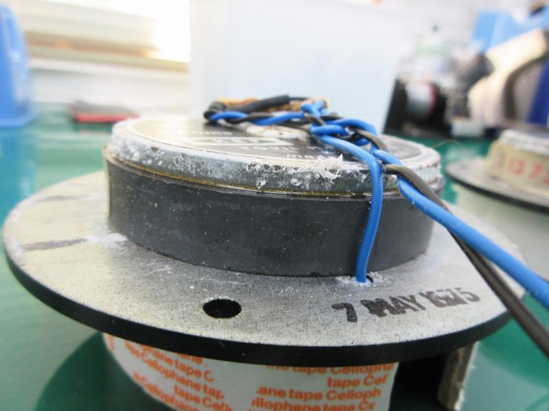 KEF104のツイーター。底面まで酸化物(白いモヤモヤ)が覆っています。