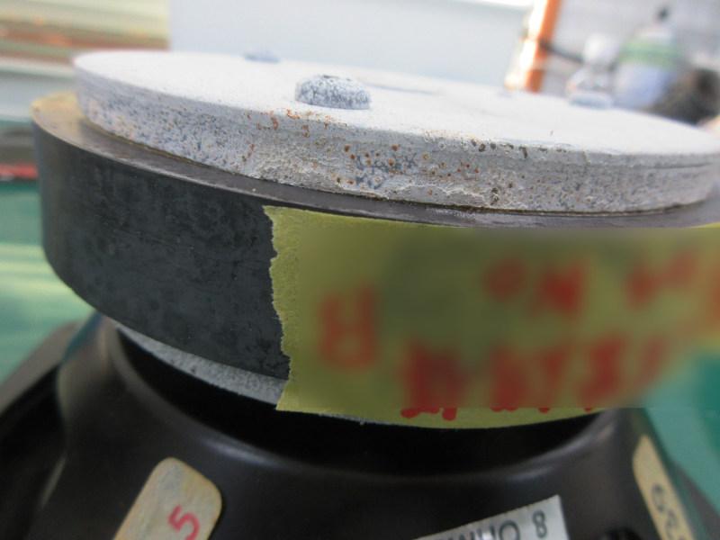 KEF104のウーハー。底も全体が白い酸化物で覆われ、赤錆も見えます。