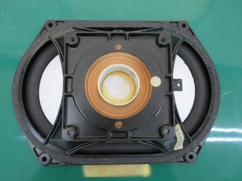 KEF104のドロンコーン。真ん中のリング部分が酸化しています。