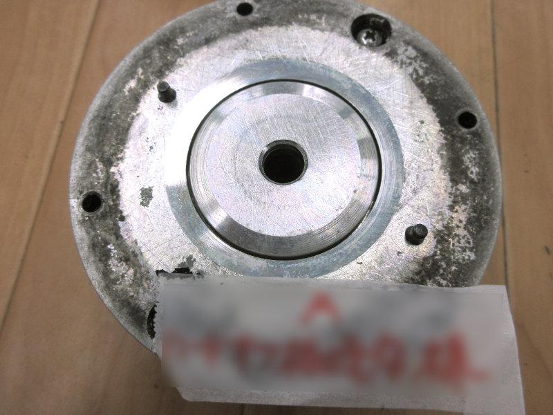 JBL2405の磁気部分。中心の丸い穴は「ディフューザー」を固定するビスが通る穴。その外側の僅か数ミリのドーナツ状の隙間が「ギャップ」で、ここにボイスコイルが収まります。
